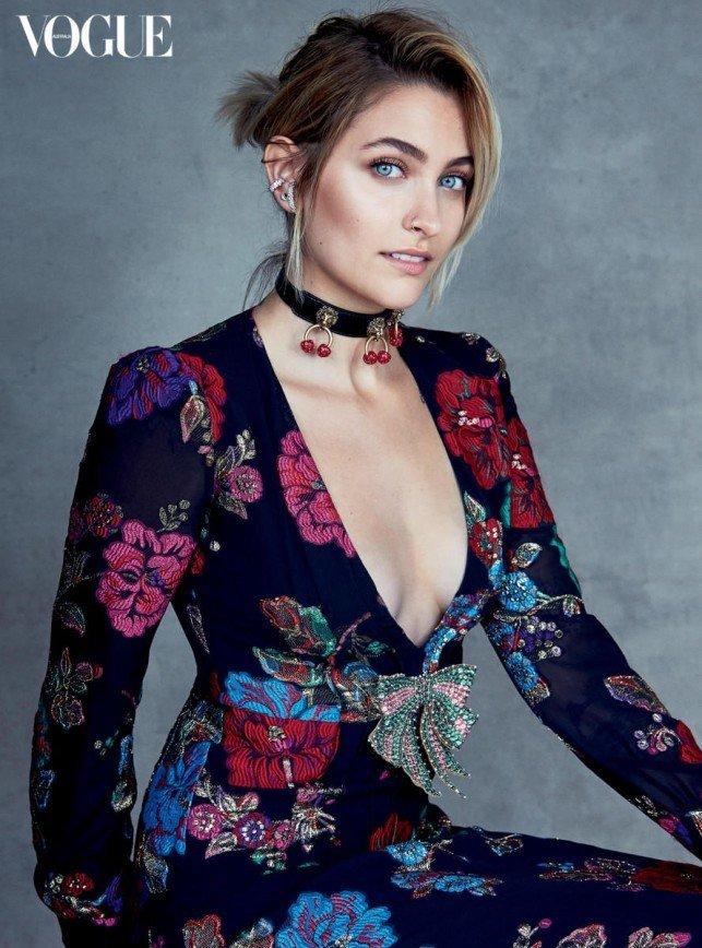 Пэрис Джексон покоряет мир моды своим декольте
