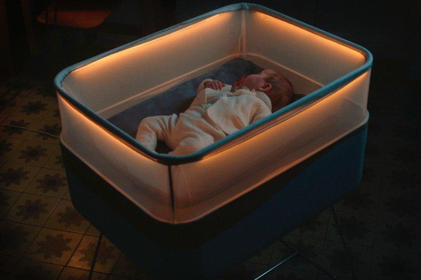 «Умная» детская кроватка, имитирующая поездки на автомобиле