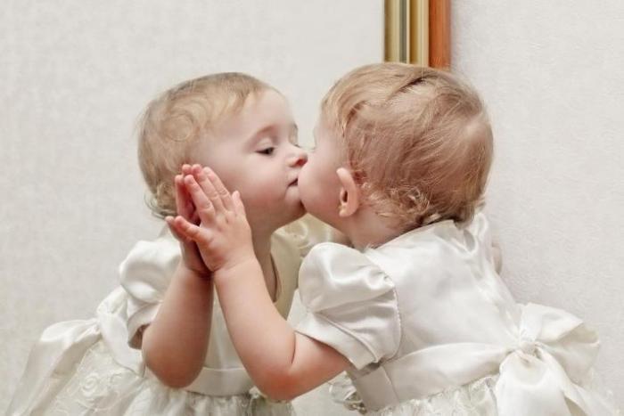 Дети только с двух лет начинают узнавать себя в отражении
