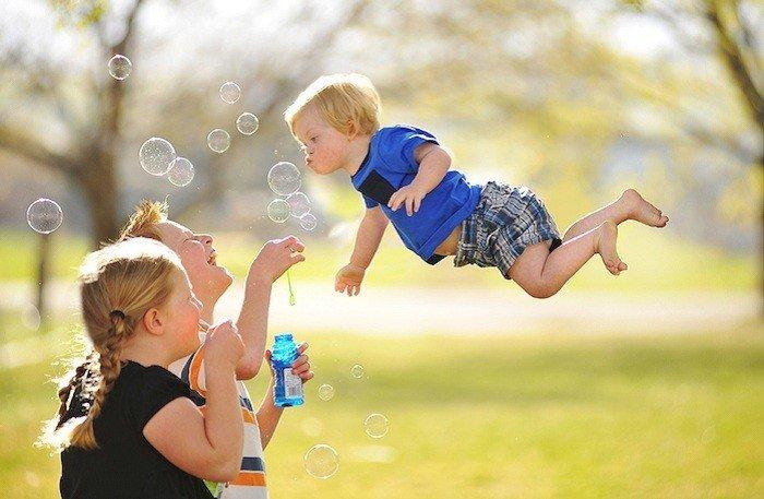 Фотографии летающего мальчика покорили интернет