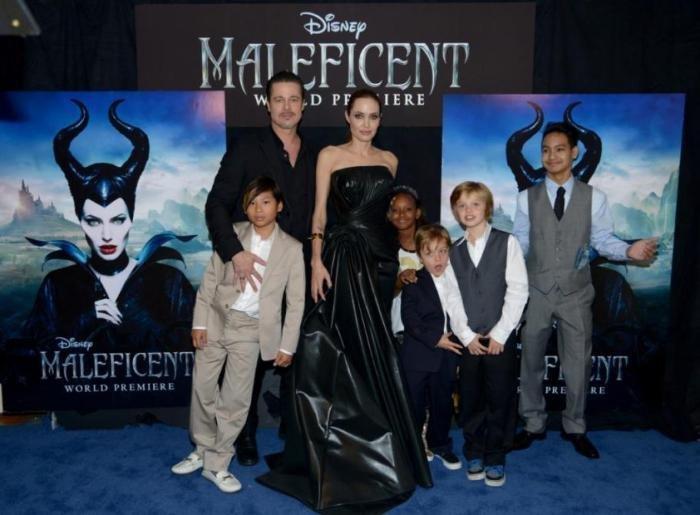 Джоли и Питт намерены удочерить сироту из Сирии