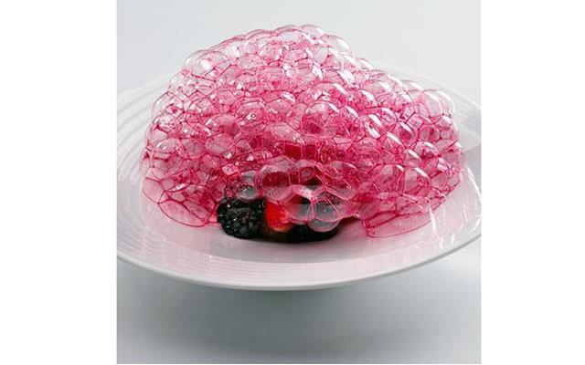 Самые красивые ресторанные блюда мира: [b]«Красные плоды из сада»[/b] Ресторан Mugaritz (Рентериа, Испания) Андони Луису Адурису, шефу ресторана, потребовалось несколько лет экспериментов, чтобы создать эту