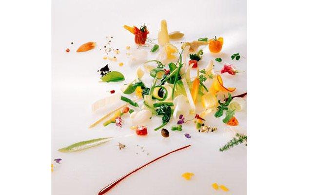 Самые красивые ресторанные блюда мира: [b]«Гаргуйу»[/b] Ресторан Michel Bras (Лагийоль, Франция) В зависимости от сезона Мишель Брас подбирает для салата новые сочетания овощей, трав, цветов