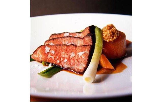 Самые красивые ресторанные блюда мира: [b]«Нежный реберный край с тушеным дайконом, маринованной морковью и семенами горчицы»[/b] Ресторан Momofuku Ko (Нью-Йорк, США) Это блюдо от Питера