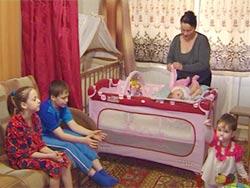 [b]Многодетные «бездомные» семьи г.Москвы, находящиеся  в ситуации SOS.   Московские семьи проживают в городе Москве без постоянной регистрации (БОМЖи) на птичьих правах в съемных квартирах по 12-18 лет. Десятками лет не имели положенных льгот и пособий. [/b]   1. Мерекина Любовь, одинокая мама - 6 детей, БОМЖи  2. Многодетная семья Татьяны Шмельковой - 3 детей, БОМЖи   3. Многодетная семья Светланы Антонян - 4 детей, папа и бабушка БОМЖи   4. Многодетная семья Самудиновых- 3 детей, БОМЖи   [b]Семьи из глубинки России: [/b]  5. Тверь: Многодетная бездомная семья Ликановых из Тверской области - 4 детей,  6. Рязанская область, пгт Кадом: Многодетная семья Жениховых из Рязанской области  мать-инвалид