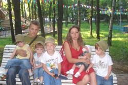 [b]Многодетная семья москвичей Шалдиных - 5 детей [/b][br] Москва, м.Медведково.[br]  В многодетной семье Марии и Дмитрия  пять несовершеннолетних детей. Возраст детей-3г, 3г, 3г, 5лет и 1.5г (Тройняшки).[br] Пять деток, мама в отпуске по уходу за ребенком. Папа подрабатывает, но из-за того, что  у них огромный долг по квартплате (100%, субсидию из-за долга не оформляют), денег едва хватает на еду. В новом жилье из-за задержки оформления документов на квартиру некоторое время они не могли оплачивать коммунальные услуги. А потом сразу пришла долговая квитанция на несколько десятков тысяч рублей без возможности оформить субсидию. Некоторое время назад папа был вынужден оставить постоянную работу из-за тяжелых родов Марии. Он один ухаживал за женой и пятью детьми.[br][b] Список материальных нужд: [br] [/b] - Экстренные нужды - летняя одежда на детей!! Финансовые проблемы!!![br] - детское питание, памперсы №5,
