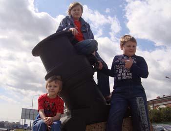 [b]Многодетная, неполная семья Ольги Чернышовой - 3 несовершеннолетних детей [/b][br] город Санкт-Петербург[br] Неполная и малообеспеченная семья. В многодетной семье трое несовершеннолетних сыновей (14, 12 и 6 лет) и дочка - полгода. В настоящее время живут в общежитии, занимают 2 комнаты, на учёте нуждающихся в получения жилья не ставят, по той причине, что есть большой долг по квартплате.  [b][u]Отчет о помощи, подробнее о семье:[/u][br] http://24sos.ru/index.php?do=static&page=[/b]