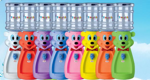 Кулер полностью механический со стаканчиком, вода в нем будет комнатной температуры. Бутылка идет в комплекте. Бутылку можно использовать много раз. Вы просто ее снимаете и наполняете водой или соком или компотом. Вместимость бутылки 2л, размеры 50смх20смх20см, можно использовать под воду, соки, компоты. Простота использования позволяет деткам самим наливать воду. Сменных бутылок нет.  Для того, чтобы наполнить кулер, снимаете бутылку [img]http://s54.radikal.ru/i143/1008/68/d8598f15df4ft.jpg[/img], отвинчиваете крышку, она будет выглядеть вот так [img]http://s61.radikal.ru/i173/1008/b3/7e7e473cb749t.jpg[/img], наполняете бутылку водой, на крышке закрываете клапан [img]http://s54.radikal.ru/i143/1008/73/93a5b80b8c82t.jpg[/img]и навинчиваете на бутылку, переворачиваете горлышком вниз и ставите на Китти или Микки, специальный штырь [img]http://s45.radikal.ru/i107/1008/55/cbfb1320ba41t.jpg[/img] откроет клапан, кулер готов к использованию. Чтобы налить воду нажимаете на рычажок [img]http://s51.radikal.ru/i133/1008/89/f2d9ddb66851t.jpg[/img], и она оказывается у вас в кружке. На тот случай, если вода пролилась, имеется съемный контейнер [img]http://s58.radikal.ru/i160/1008/75/7f9204ed0503t.jpg[/img]