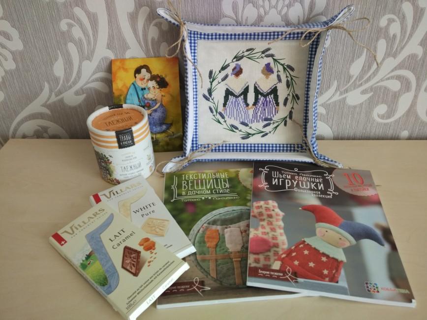 Совершенно шикарный подарок мне от ОлиЧе: текстильная корзиночка в прованском стиле, книги обожаемой Тани Максименко и вкусняшки: шоколадки и чай (а коробочку то от него я уже знаю, куда пристроить!)