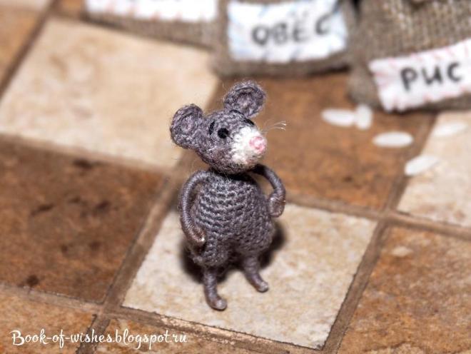 "Мини-мышка, 32 мм. Крючок 0,75, пряжа ""Лидия"" в одну ниточку. Больше фото тут http://book-of-wishes.blogspot.ru/2015/05/mini-crochet-mouse.html"