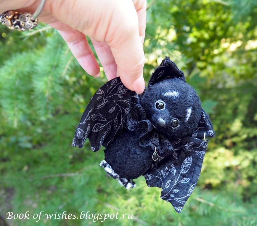 Маленький летучий мыш Себастьян http://book-of-wishes.blogspot.ru/2015/08/sweet-tiny-handmade-bat.html