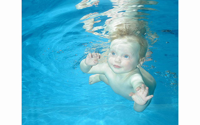 Плавающие под водой младенцы