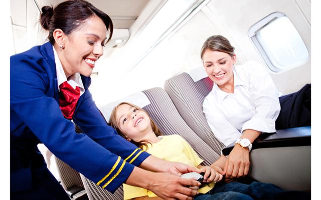 Авиакомпания наняла 300 стюардесс-нянь