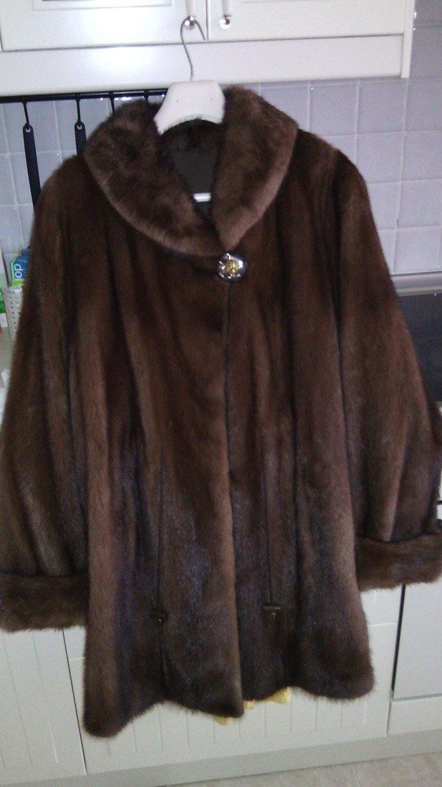 Норковая шубка из Североамериканской норки AMERICAN LEGEND р.48-50 Целиковые пластины. Отличное качество меха, густой, блестящий, цвет dark brown. Модель немного расклешенная, сзади образуется несколько фалд, рукава с отворотами, с 2 карманами, внутри в районе талии есть кулиска - можно подсобрать на клипсы или носить распущенной, шелковая подкладка, длина по спине 85см. Цена 36.000 руб.