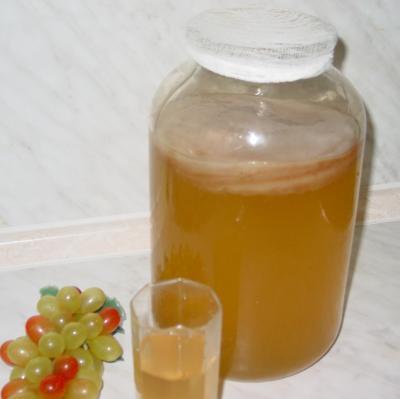 ЧАИ ДЛЯ ПРИГОТОВЛЕНИЯ НАСТОЕВ ЧАЙНОГО ГРИБА  Зеленый чай является отличным средством против образования камней в мочевом пузыре, камней в почках и желчном пузыре. Он содержит в себе витамины B2, Р и К, придающие коже эластичность и свежесть, укрепляет волосяной покров, благоприятно действует на кровообращение. Неферментированный зеленый чай и содержащиеся в нем дубильные вещества препятствует возникновению раковых опухолей. Лечит дезентерию и ряд других кишечных заболеваний, при лечении используется как антибиотик, но в отличие от антибиотиков абсолютно безвреден и активно борется с микробами. Выводит из организма радиацию. Содержит витамин С в больших количествах. Что касается витамина В, то ни одно растение не может конкурировать с зеленым чаем. Он делает эластичными стенки кровеносных сосудов, предотвращает кровоизлияние в мозг и инфаркт, уменьшает артериальное давление.  Черный чай содержит в себе самую высокую концентрацию молочной и глюкуроновой кислот. Содержит большое количество пуринов, способствующих нормализации обмена веществ. Эфирные масла и фенол - составные части чая, имеющие бактерицидные свойства (т.е. убивающие бактерии). Черный чай выводит из крови и из тела холестерин и другие жировые отложения. И т.д. Хотя большинство приготавливающих чайный напиток  предпочитают именно черный чай, для самого грибка, я это уже точно знаю, куда приятнее зеленый. Он и растет в зеленом чае лучше, и бурых пятен на нем не появляется, чистенький как слеза, и живет много дольше.  Для приготовления настоя чайного гриба можно использовать далеко не только черный и зеленый чай, но и огромное количество различных травяных смесей и чаев. Можно применять печеночный чай: он успокаивает нервы, благотворно действует на желудок и кишечник. Хорошее действие на организм оказывают смеси из чая и различных растений, например крапивы с листьями ежевики, мать и мачехи, подорожника, белого терновника, листочков березы, земляники, липового цвета. На литр раствора берется от двух до трех