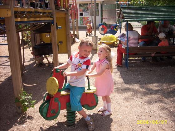 Садись, Красотка, прокачу с ветерком!))) С подружкой Варюхой май 2008г