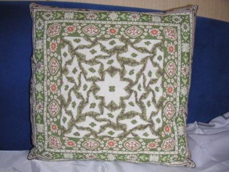Эту подушку я вышивала лет 5 назад. Но это моя основная гордость. Вышивка лежала все это время и вот в сентябре она превратилась в подушку.