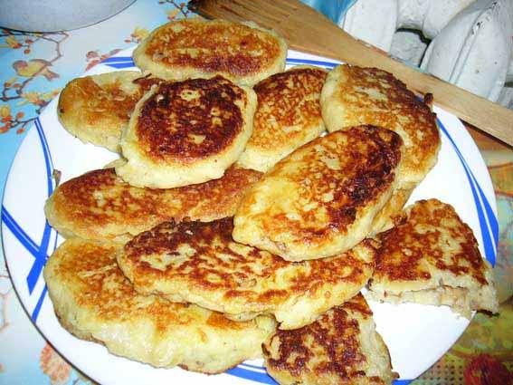 [b]Картофельные котлеты.[/b] ПРИГОТОВЛЕНИЕ : Сваренный в мундире картофель, очистить и натереть на терке. Добавить мелко нарезанный лук, чеснок, натертый на терке сыр (примерно 100 гр). Вбить яйцо, добавить несколько ст л муки, посолить, поперчить, и тщательно перемешать. Сформировывать котлетки и жарить на подсолнечном масле. Можно делать котлетки с разными начинками (жаренные грибы с луком, жаренная капуста с луком, и т д )