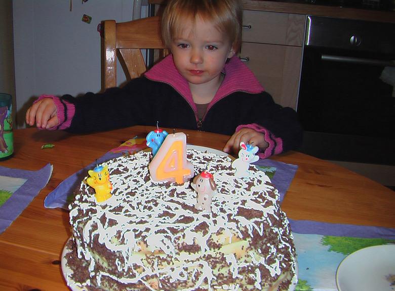 Братик именинника и торт