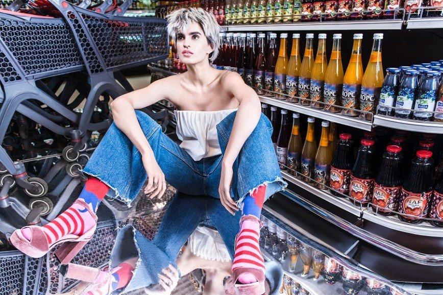 В супермаркете на полке нашли девушку в носках