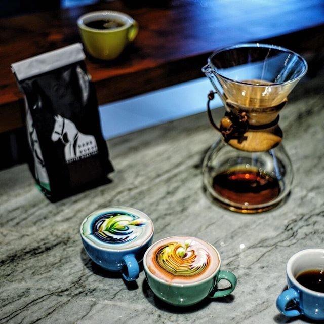 Радужный кофе-арт
