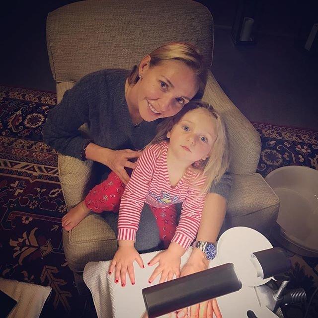 Татьяна Навка учит младшую дочь маленьким женским хитростям
