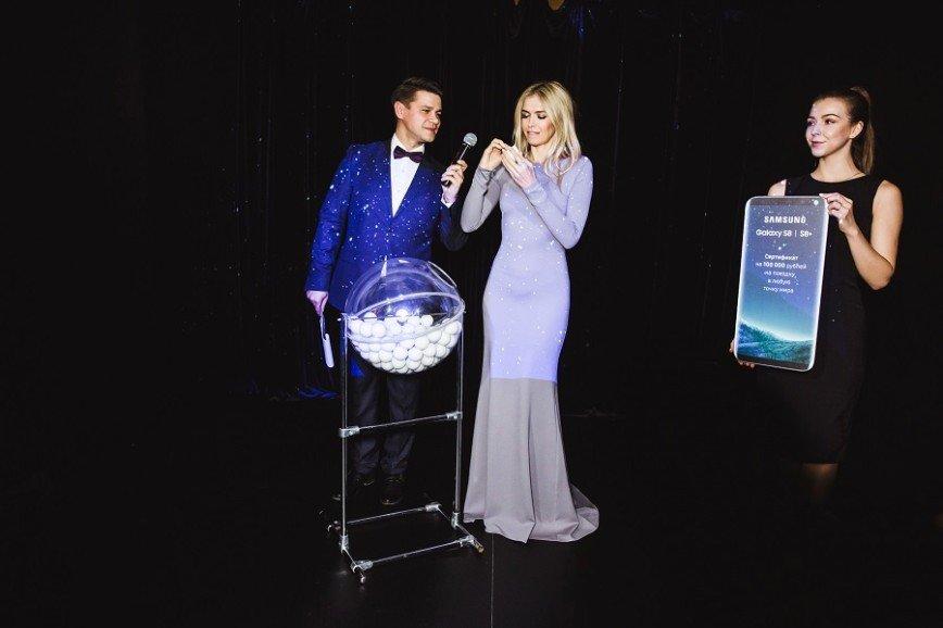 Вера Брежнева представила новый Samsung в странном платье