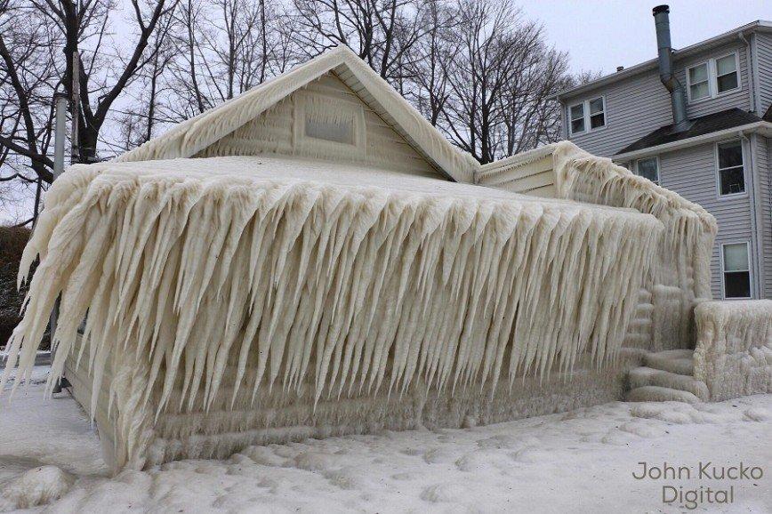 Ветер превратил дом в ледяную избушку: Обычный дом сейчас напоминает, скорее, декорацию к фильму о конце света: он весь покрыт ледяными наростами. На самом деле