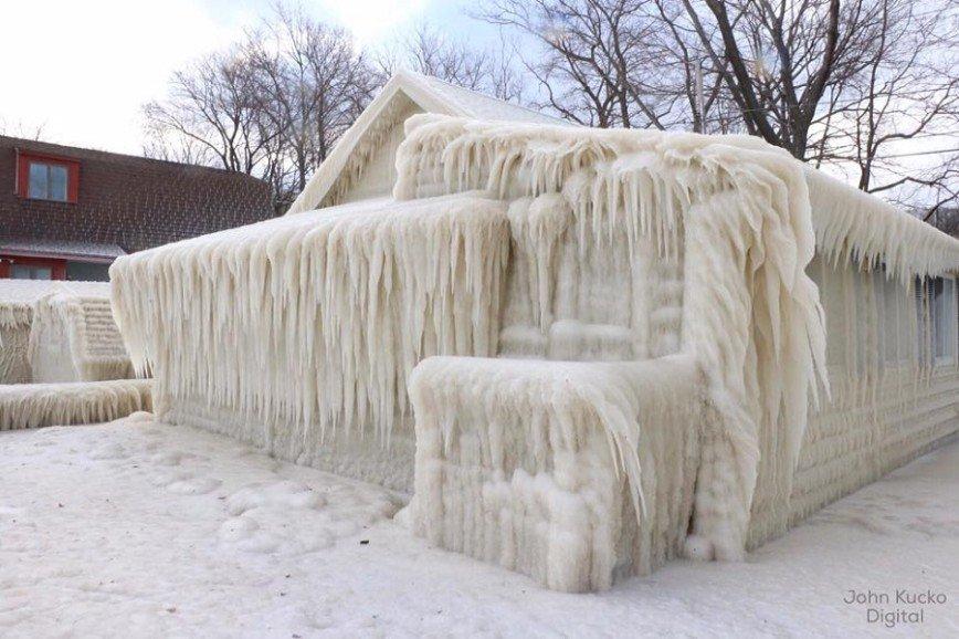 Ветер превратил дом в ледяную избушку: