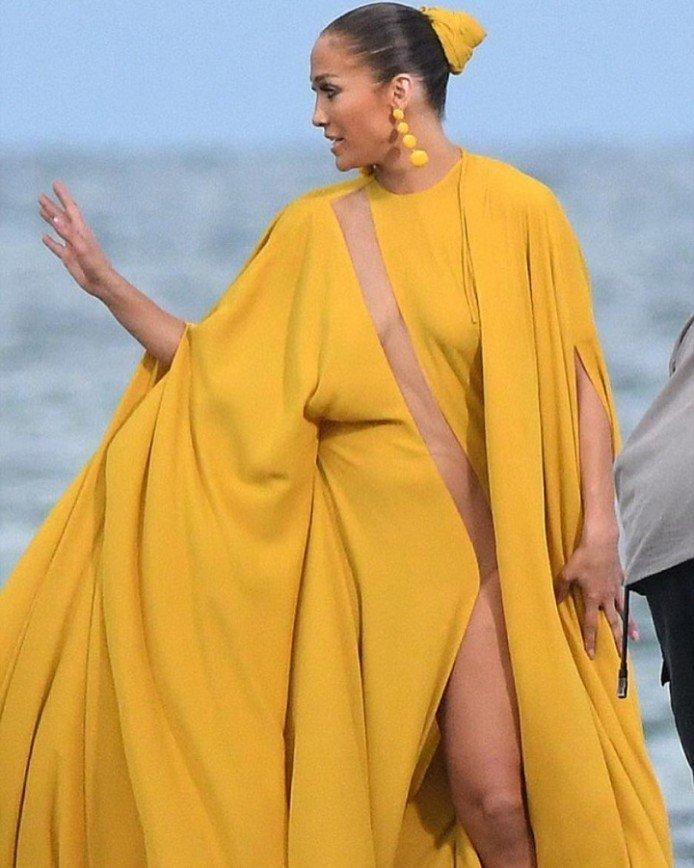 Платье Джей Ло в новом клипе похоже на простыню