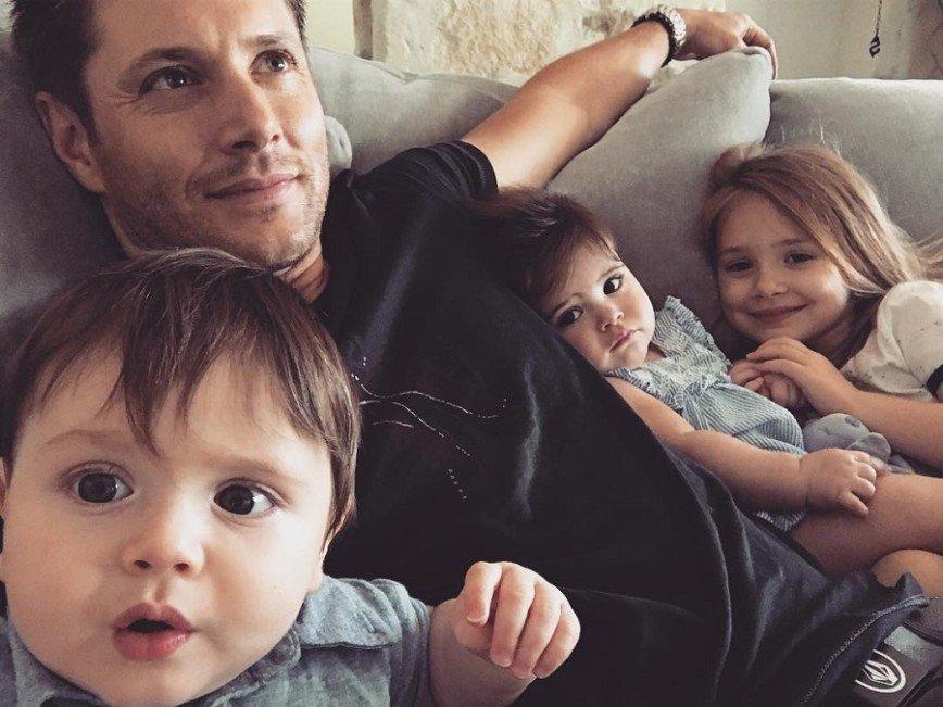 Фотография Дженсена Эклcа с детьми вызвала умиление