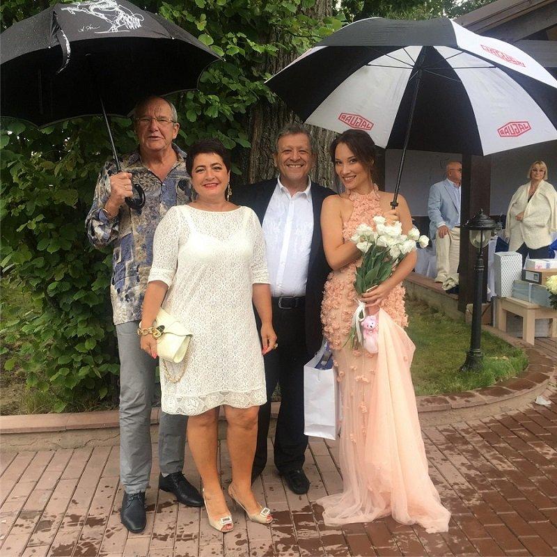 Поклонники Виторгана заподозрили его жену в беременности