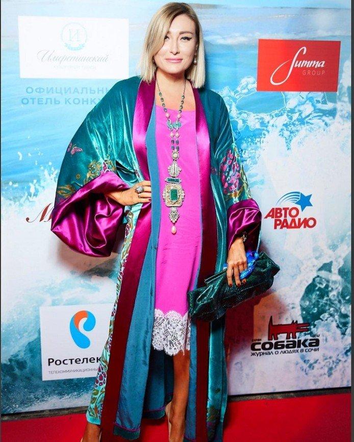 """Султан на шпильках"": Жанна Мартиросян пришла на вечеринку в халате"