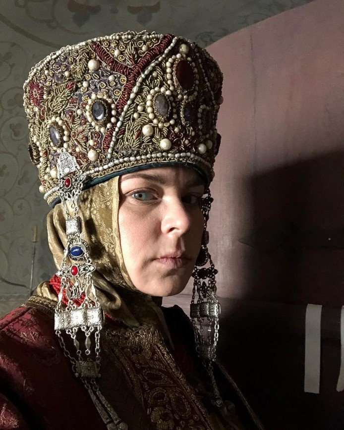 """""""Какой царственный взгляд!"""": Ирина Пегова поделилась фото в историческом образе"""