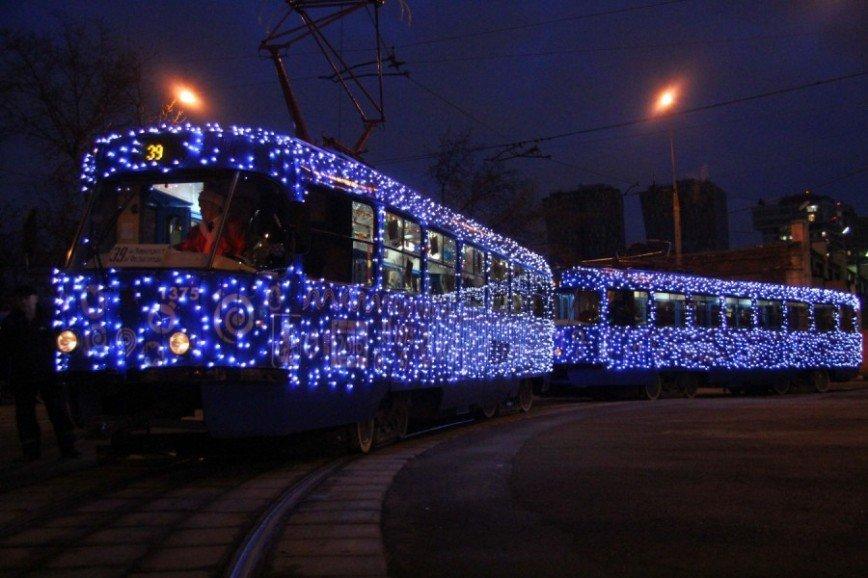 В Москве вновь появились новогодние трамваи