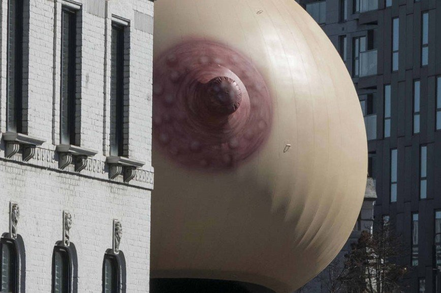 Гигантская грудь в поддержку публичного кормления: