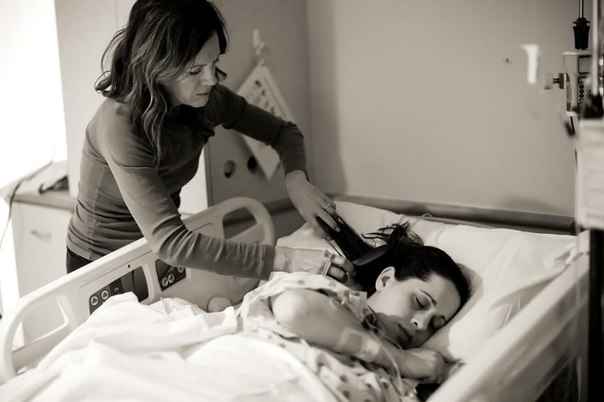 Как матери помогают своим дочерям во время родов