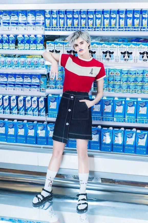 В супермаркете на полке нашли девушку в носках: