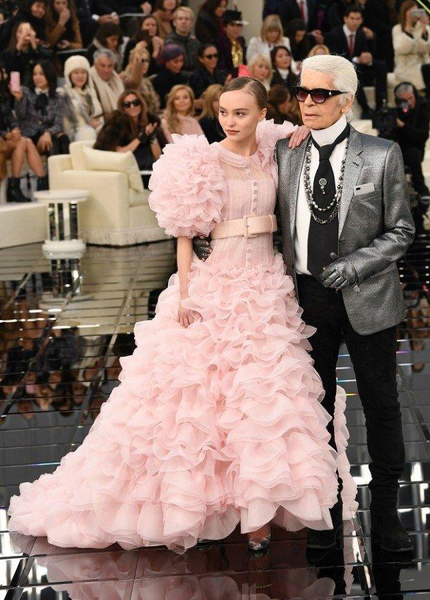 Розовое для Лили-Роуз: главная звезда показа Chanel