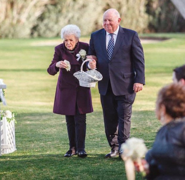 """95-летняя бабушка стала """"девочкой с цветами"""" на свадьбе внучки"""