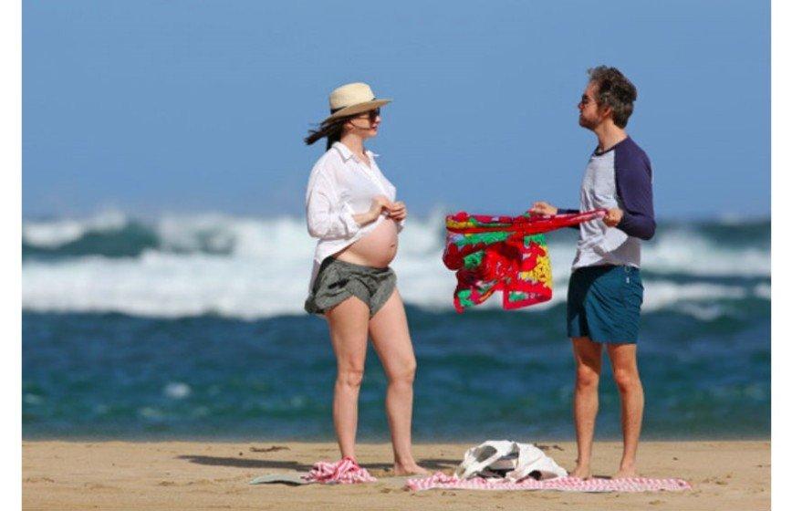 Беременная Энн Хэтэуэй опубликовала снимок в бикини