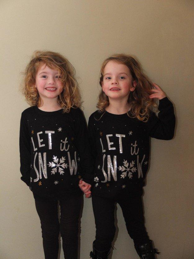 """Английские близняшки воплощают сцену из """"Сияния"""""""