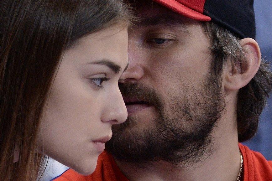 Хоккеист Александр Овечкин обручился со своей девушкой