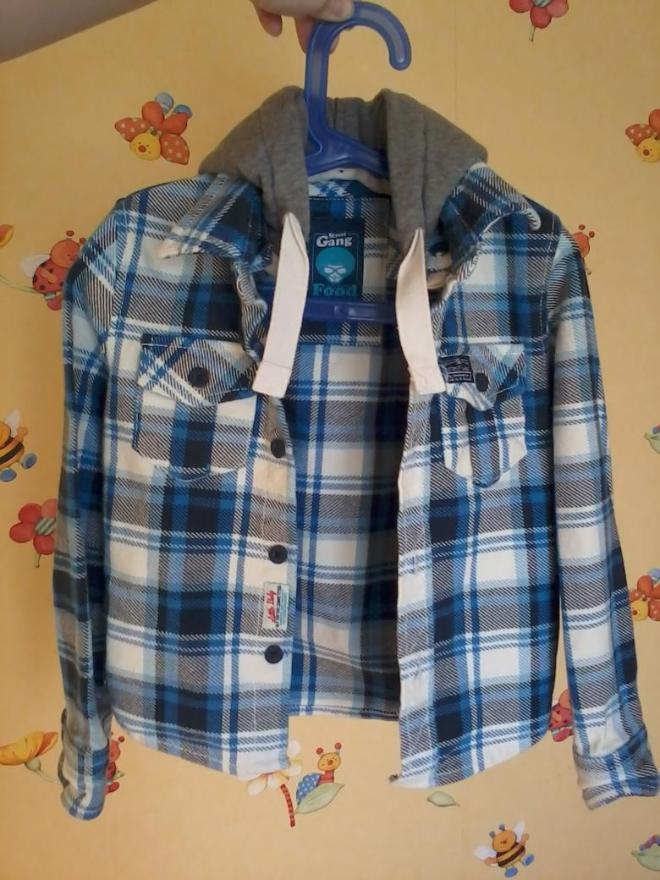 Очень классная рубашка д\м на рост 98-104.Новая,но сняла бирочки,т.к. думала,что будем носить,а сын отказывался категорически. Ткань плотная,капюшон отстёгивается. На стройного мальчика.