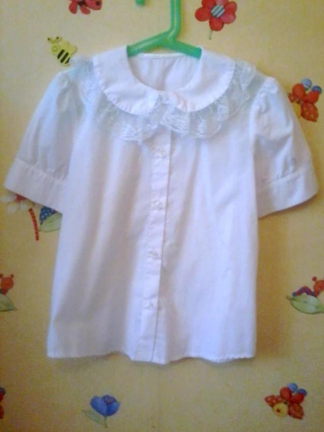 Школьная блузка на рост 140-146. Состояние новой.рукав фонариком,воротничок с кружевом
