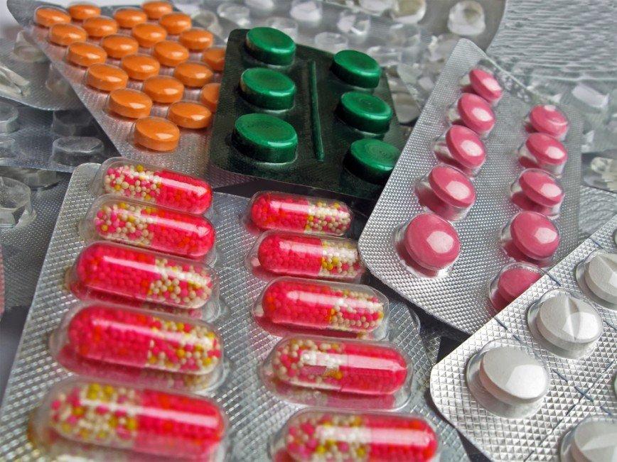 """""""У меня болит горло. Можно я выпью антибиотик?"""" И еще 4 наивных вопроса врачу Владимиру Животову"""