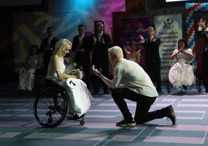 Она вышла в финал конкурса красоты. Сказала заветное «да» прямо на сцене. И все это — в инвалидном кресле. История о любви с неограниченными возможностями
