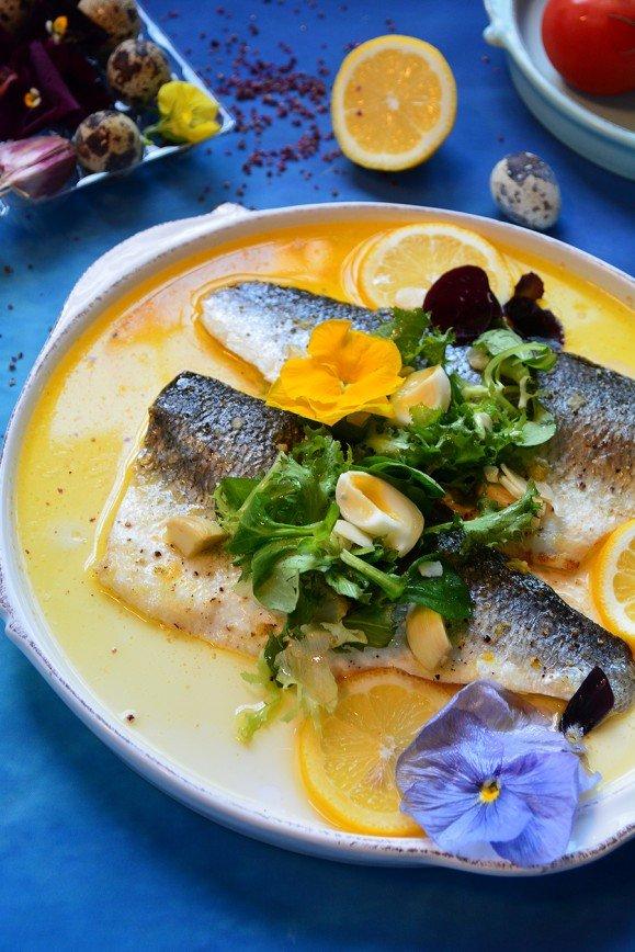 Рыба в цветах к 14 февраля: филе сибаса в сливочно-винном соусе