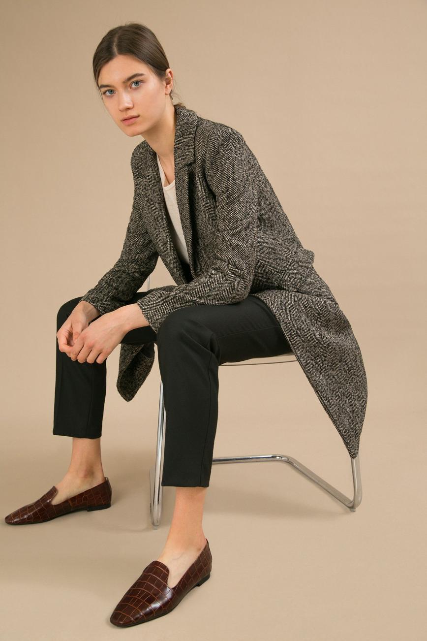 Новое пальто с этикеткой 42 размер за 4000р Шерсть 45%, Полиэстер 55% Длина: 101 См. Описание модели Двубортное пальто из полушерсти с традиционным рисунком текстильного полотна «ёлочка». Модель выполнена в классическом стиле. Имеет полуприталенный силуэт, английский отложной воротник, карманы с клапанами. Декорирована двумя рядами пуговиц. Полочки застёгиваются внахлёст. На спинке в среднем шве расположена шлица. Качественное пальто, сшито не придраться, производство наше фабричное)