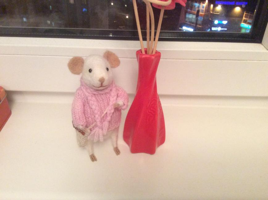 Мышка Лили из мериносовой шерсти, свитер из мягкой полушерсти, сумочка из льна с денюшкой на благополучие и любовь)))цена 4 тр